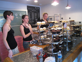 The interior of Georgetown Cupcake. (Photo: Mastermaq/Wikimediacommons.)