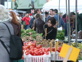 A woman picks fruit at the Union Square Farmer's Market in NYC. (Photo: Terence O'Brien/sxc.hu)