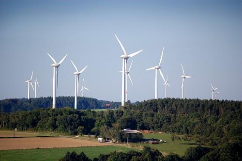 Photo of a wind farm by tomac1/istockphoto.com.