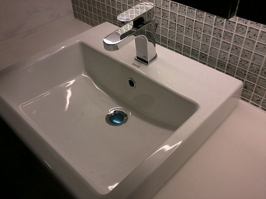 Photo of a bathroom sink and drain by Heanailee/Wikimedia Commons.