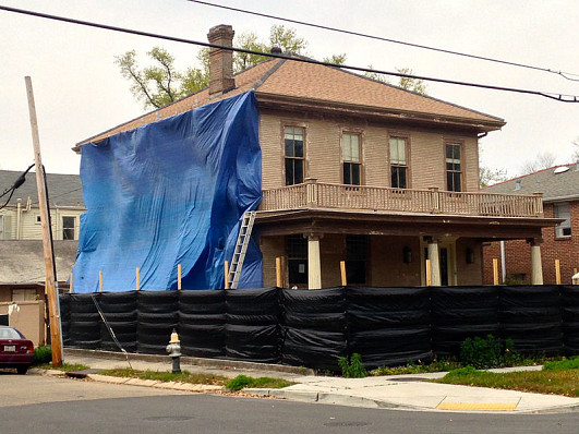 A house in New Orleans is taped for sanding off lead paint. (Photo: Bart Everson/Wikimedia Commons)