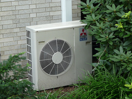 Photo of an air conditioner unit by Piotrus/Wikimedia Commons.